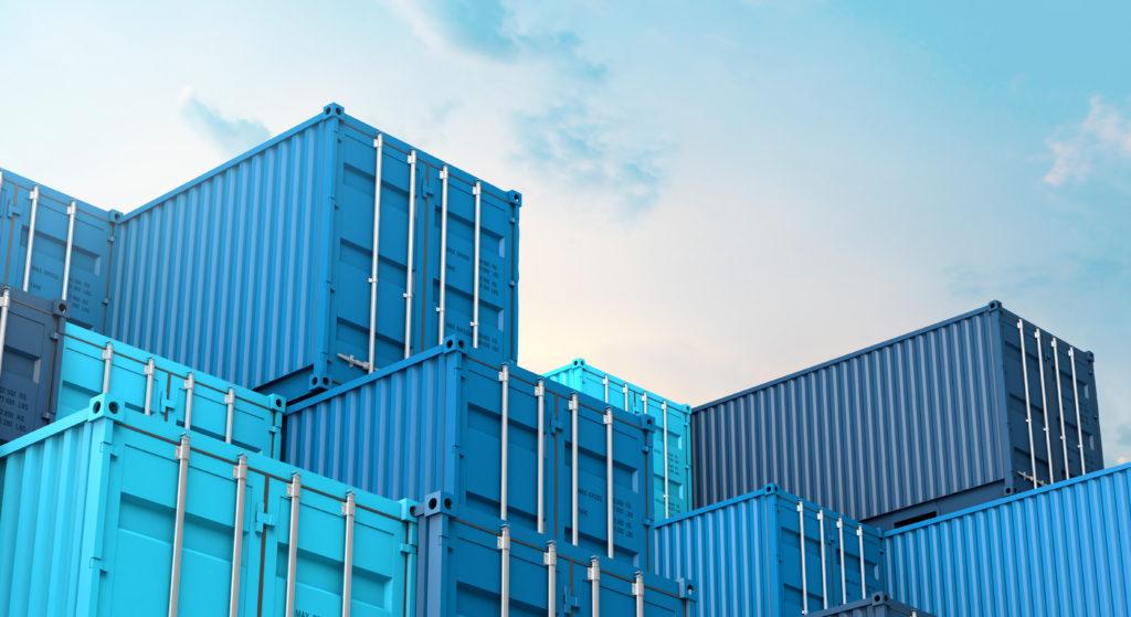 immagine di container blu e azzurri che hanno come sfondo il cielo