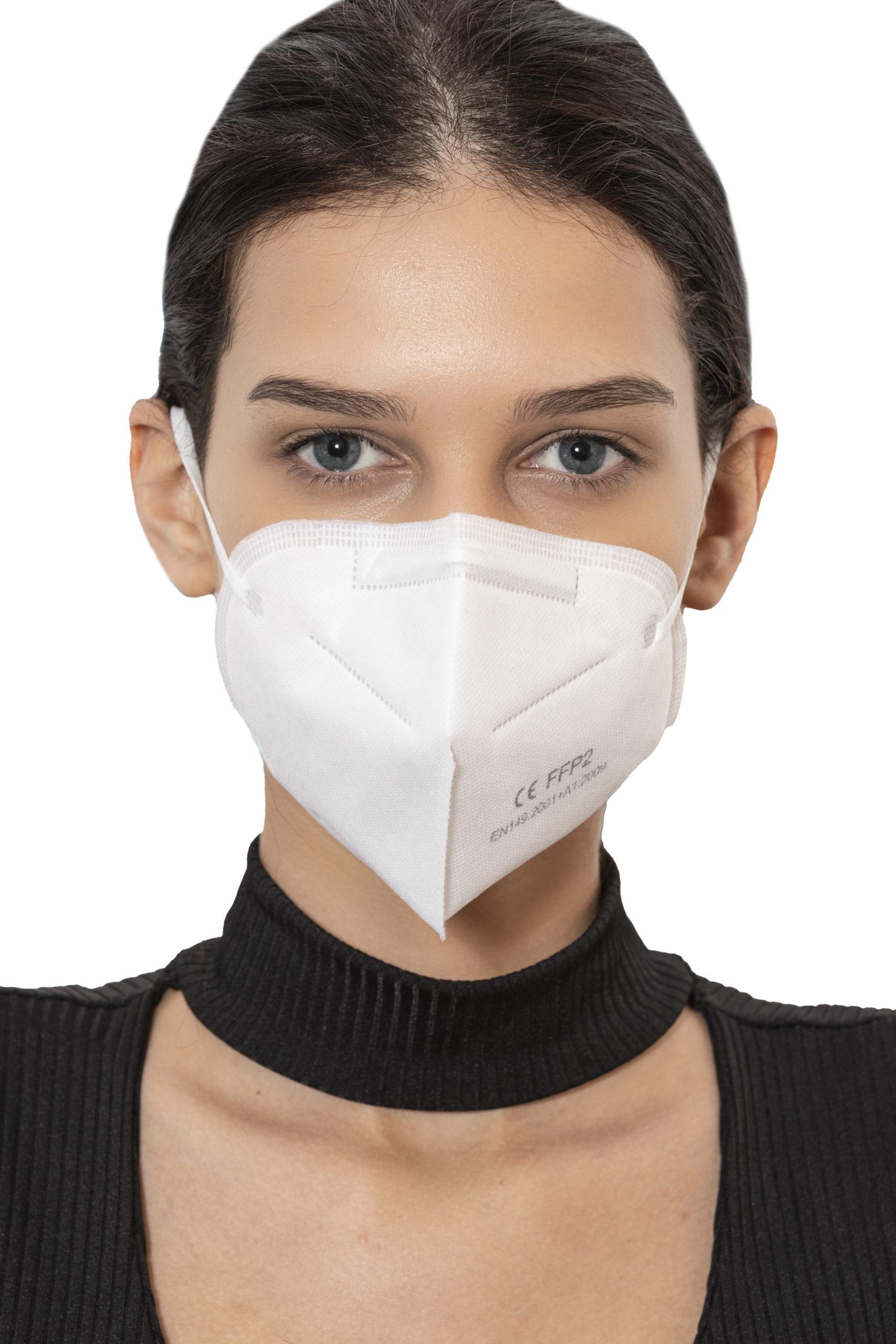 fotografia di giovane donna con mascherina FFP2