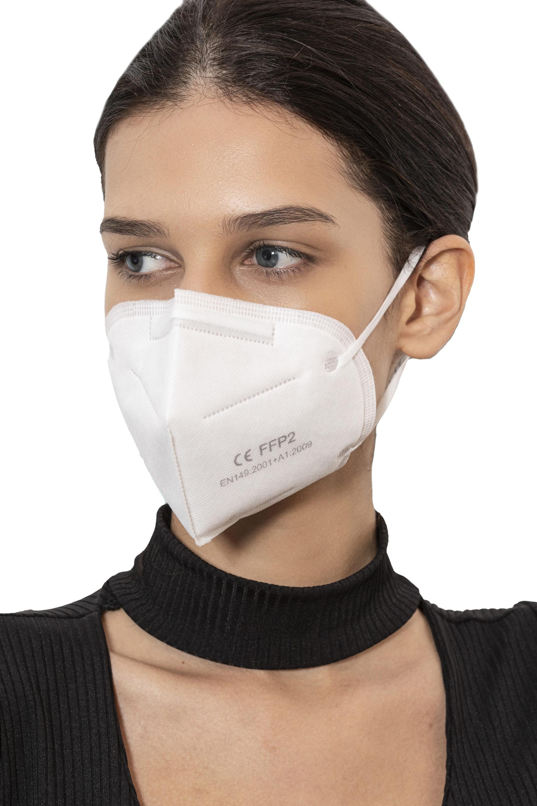 fotografia di giovane donna con mascherina FFP2 laterale
