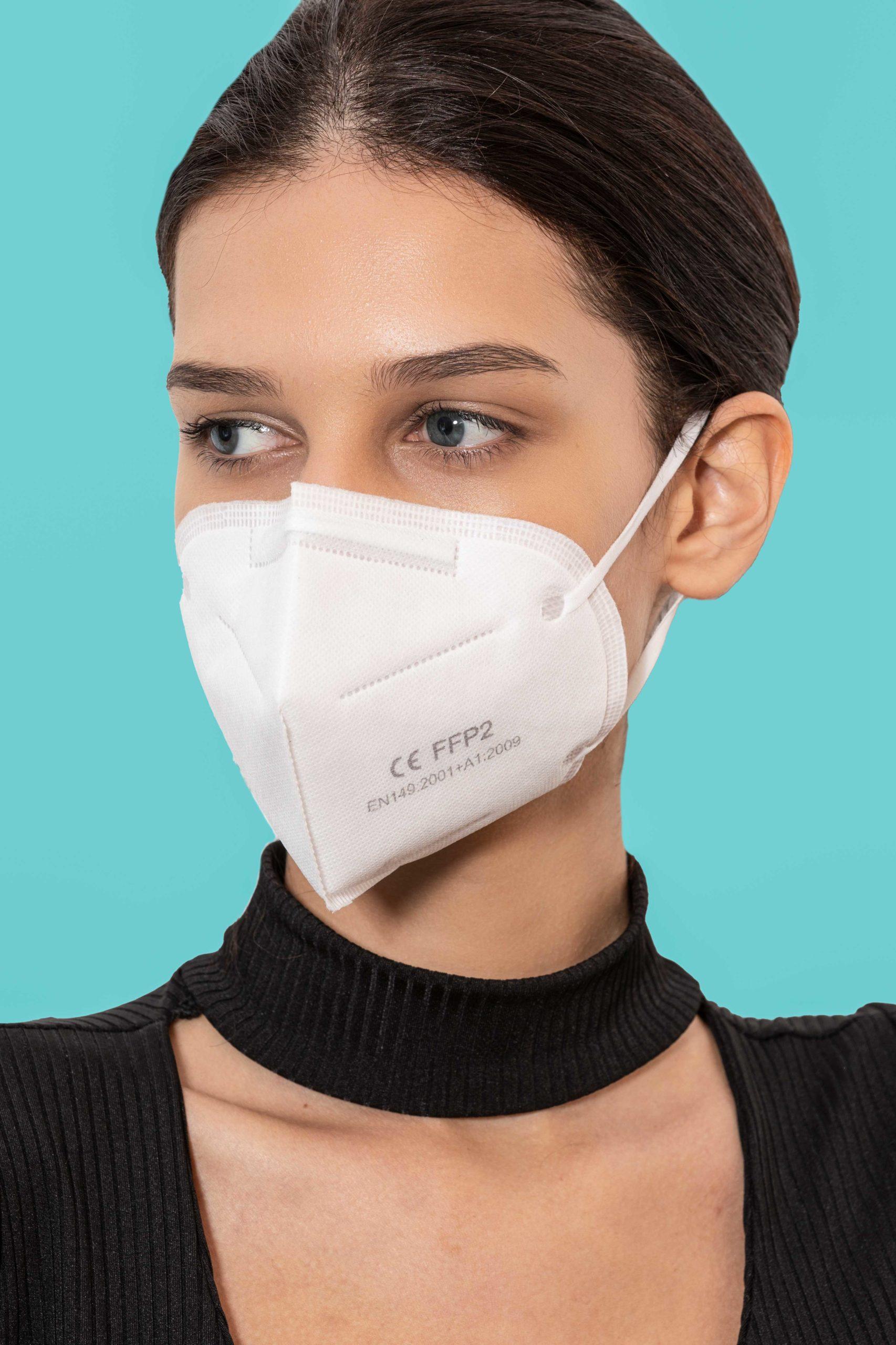 modella che indossa mascherina protettiva FFP2 di ItalSalus
